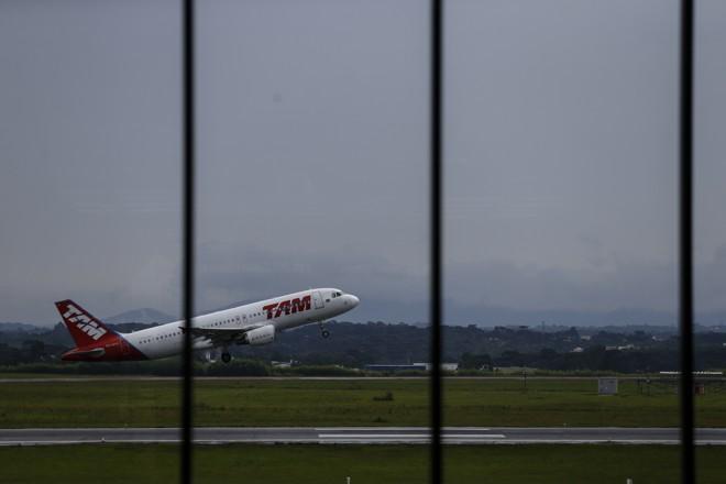 Número de voos decolando dos aeroportos do Paraná encolheu nos últimos anos. Um dos motivos é o aumento no imposto sobre a querosene da aviação civil. | Jonathan Campos/Arquivo Gazeta do Povo
