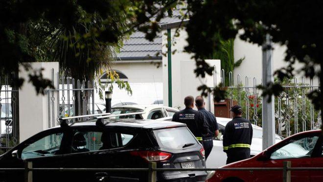 Autoridades de segurança em frente à mesquita Masjid al Noor depois de um tiroteio em Christchurch, na Nova Zelândia