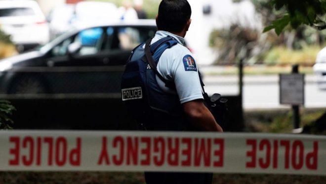 Polícia da Nova Zelândia faz a segurança da área onde ocorreu o tiroteio que matou 49 pessoas
