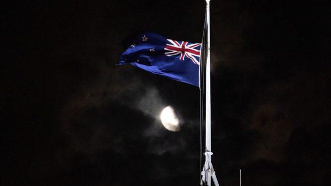 Bandeira da Nova Zelândia é hasteada a meio mastro