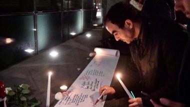 Pessoas escrevem mensagem durante encontro para homenagear as vítimas do ataque em duas mesquitas da Nova Zelândia na embaixada do país em Bruxelas, Bélgica, 15 de março. Foto: Laurie Dieffembacq / AFP