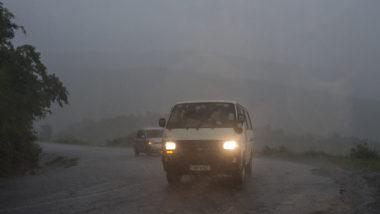 Carros trafegam em meio à ciclone no Malaui.