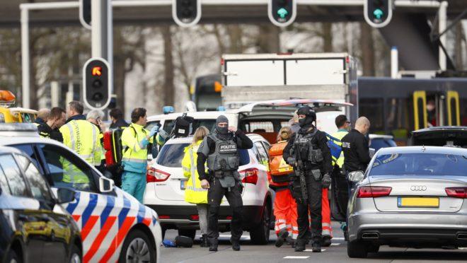 Forças policiais perto de um bonde no dia 24 de outubro, em Utrecht, em 18 de março de 2019 | Foto: Robin van Lonkhuijsen/ANP/AFP