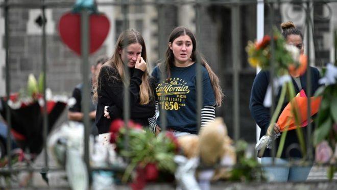 Moradores fazem homenagens às vítimas dos ataques contra mesquitas em Christchurch, Nova Zelândia, 16 de março. Foto: Anthony Wallace / AFP