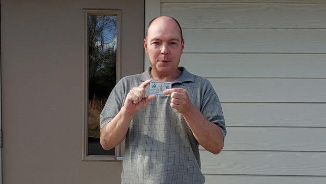 Jamie Shupe obtendo um novo cartão de identificação militar com designação sexual masculina em fevereiro de 2019 (Foto: Arquivo Pessoal)