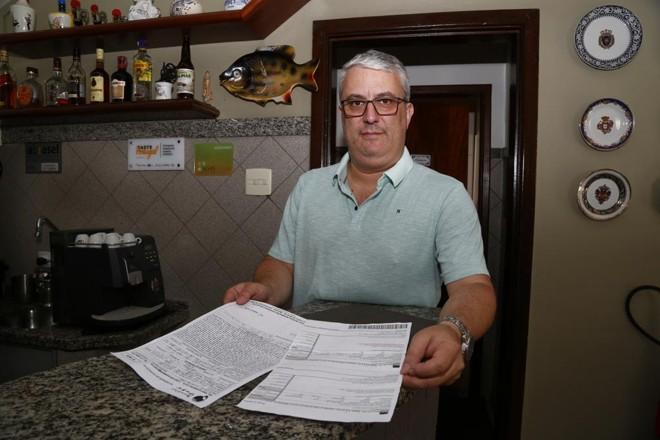 João Luiz Galvão, proprietário do restaurante Camponesa do Minho, mostra os documentos usados na tentativa de golpe. | Aniele Nascimento/Gazeta do Povo