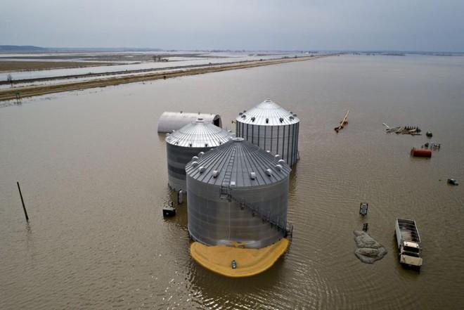 Foto aérea mostra silo rompido em área de inundação na região de Thurman, em Iowa, no último final de semana. | Daniel Acker/Bloomberg