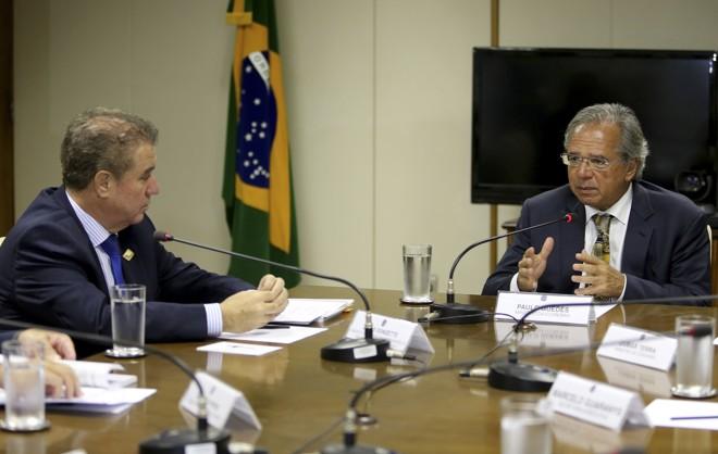 O ministro da Economia, Paulo Guedes, durante reunião com dirigentes da Frente Nacional de Prefeitos (FNP). À esquerda, o presidente da FNP e prefeito de Campinas, Jonas Donizette. | Wilson Dias / Agência Brasil
