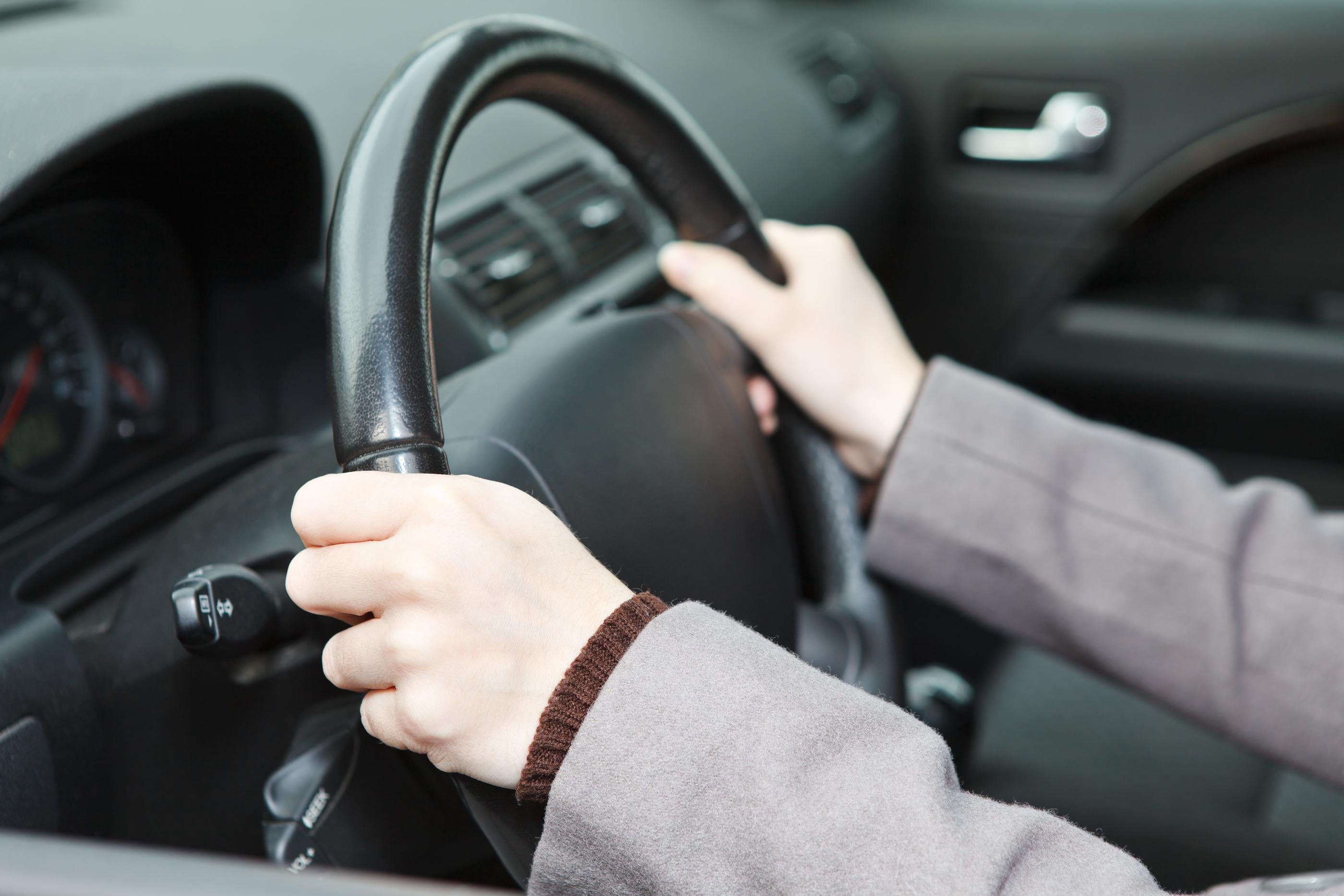 Posição correta de mãos e braços ao dirigir. Foto: Bigstock