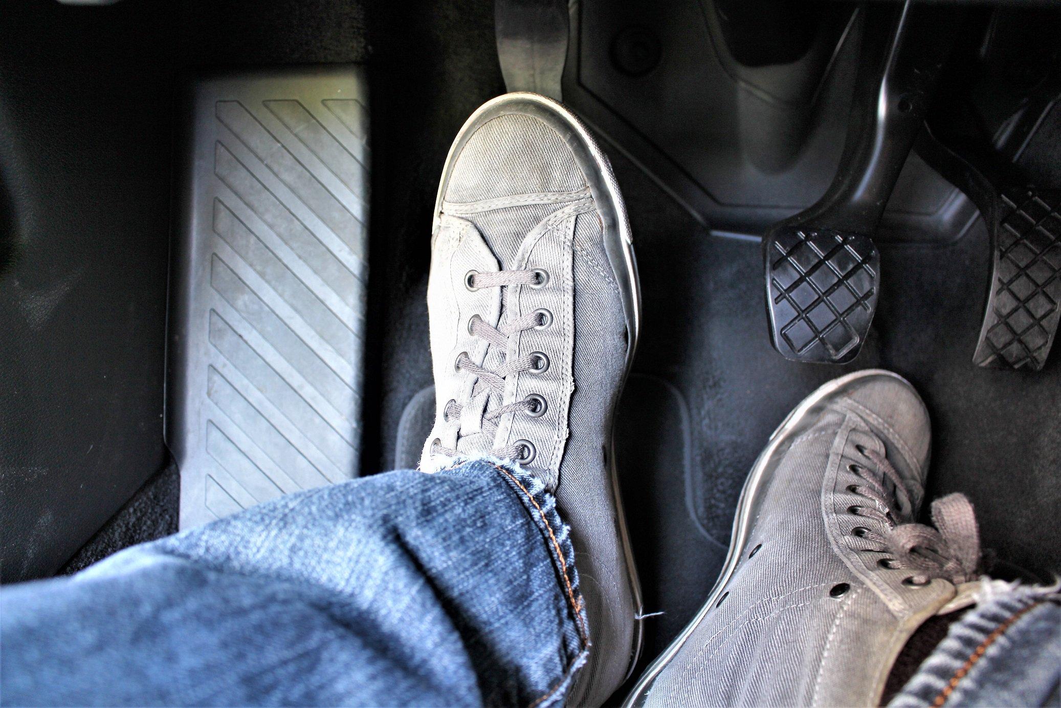 Pisar na embreagem com o carro parado é um dos hábitos mais comuns dos motoristas. Foto: AutoPapo