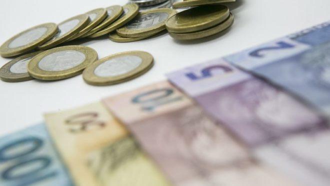Cédulas e moedas de real. Foto: Marcelo Andrade/ Gazeta do Povo
