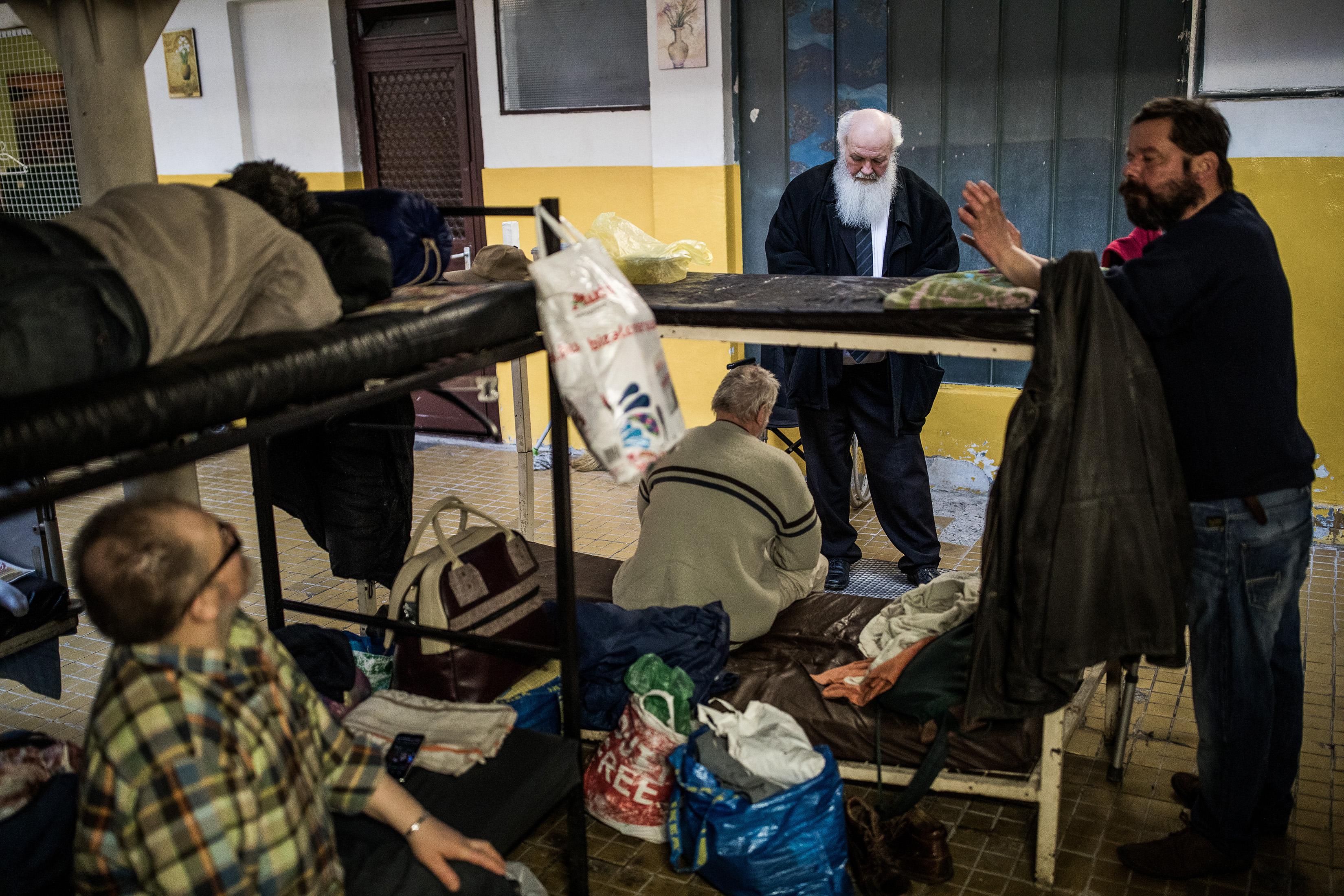 Ivanyi conversa com homens sem-teto em um de seus abrigos. Foto: CreditAkos Stiller / The New York Times
