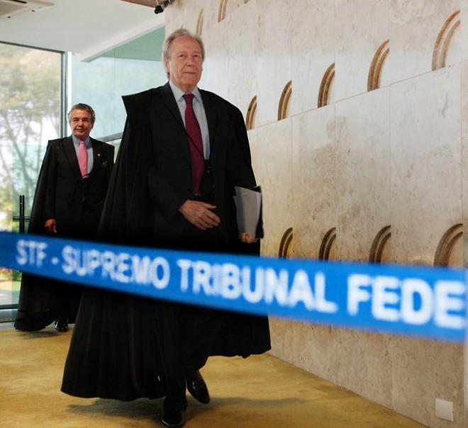 Os ministros do STF Ricardo Lewandowski e Marco Aurélio Mello entram no plenário do Supremo, onde será julgado o caso que ameaça a Lava Jato, segundo a força-tarefa. | Carlos Humberto/ STF