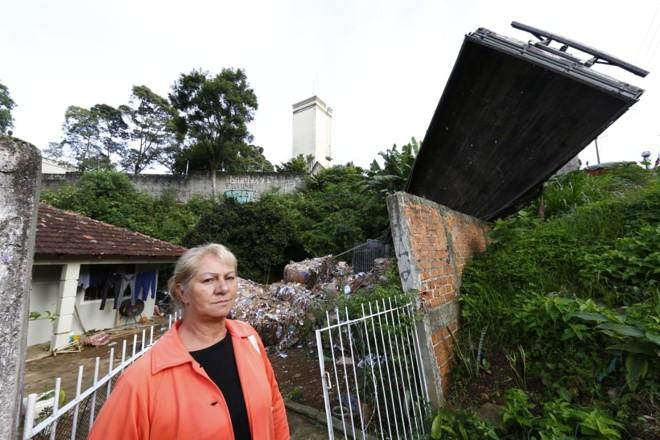 Família de Jurema França Cordeiro está impedida de entrar em casa até que o caminhão serja retirado do  quintal. | Aniele Nascimento / Gazeta do Povo/
