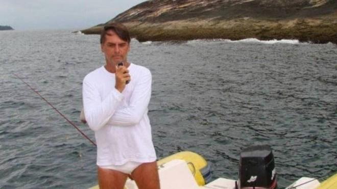 Quando ainda era deputado, Jair Bolsonaro foi fotografado em área protegida de pesca pelo fiscal do Ibama José Olímpio Augusto Morelli, exonerado nesta quinta (28): flagrante gerou auto de infração. | Reprodução/Ibama