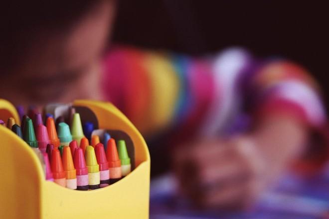 A ideologia de gênero nas escolas é o tipo de doutrinação ultrajante que faz com que milhões de país tirem suas crianças da escola pública e a matriculem em colégios cristãos ou optem pelo ensino domiciliar | Image by Free-Photos on Pixabay