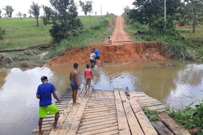Duas barragens romperam em Rondônia, deixando pelo menos 50 famílias isoladas   Prefeitura de Machadinho D'Oeste /Divulgação