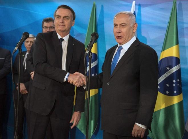 O presidente Jair Bolsonaro cumprimenta o primeiro-ministro de Israel, Benjamin Netanyahu, em seu gabinete em Jerusalém, 31 de março | HEIDI LEVINE/AFP
