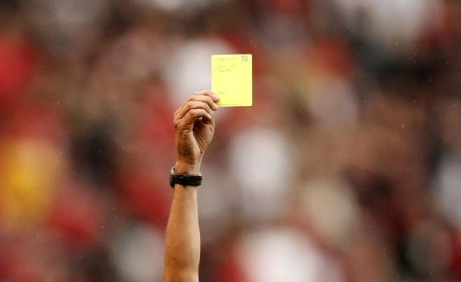 Com as novas regras, membros da comissão técnica também poderão ser amarelados pelo árbitro | Rodolfo Buhrer/ Agencia Gazeta