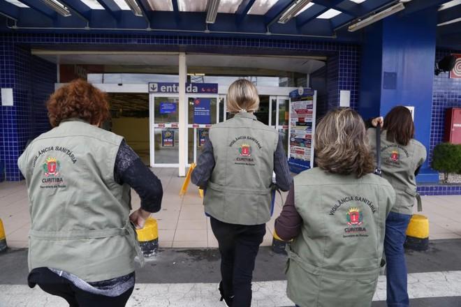 Fiscais da Vigilância Sanitária visitam supermercado de Curitiba em março de 2017, após deflagração da Operação Carne Fraca | Henry Milleo/Gazeta