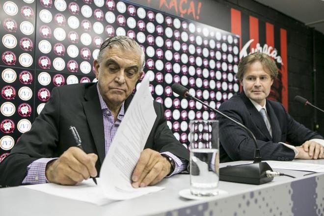Mario Celso Petraglia assina contrato de parceria do Athletico com a Inoovi em julho de 2018 | Marcelo Andrade/Gazeta do Povo