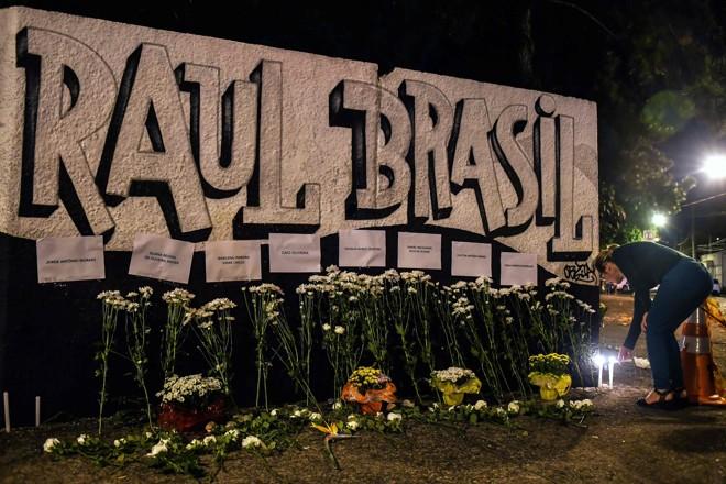Flores são depositadas em frente ao Colégio Raul Brasil: homenagem  às vítimas. | Nelson Almeida/AFP