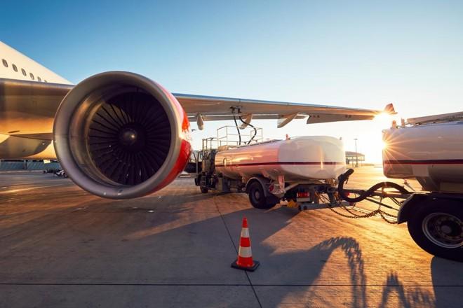 Jato comercial sendo abastecido. Nos Estados Unidos, a United Airlines, abastece diariamente suas aeronaves com combustível renovável no aeroporto de Los Angeles. | Bigstock/