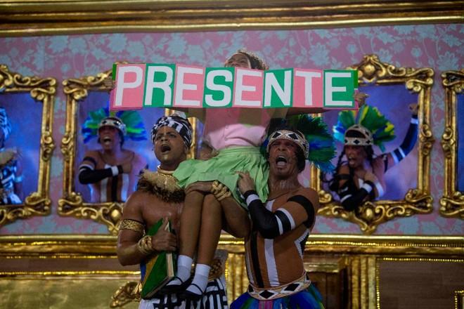 Uma menina representa a vereadora assassinada Marielle Franco, durante a segunda noite do desfile de carnaval do Rio de Janeiro, em 5 de março de 2019. | MAURO PIMENTEL/AFP