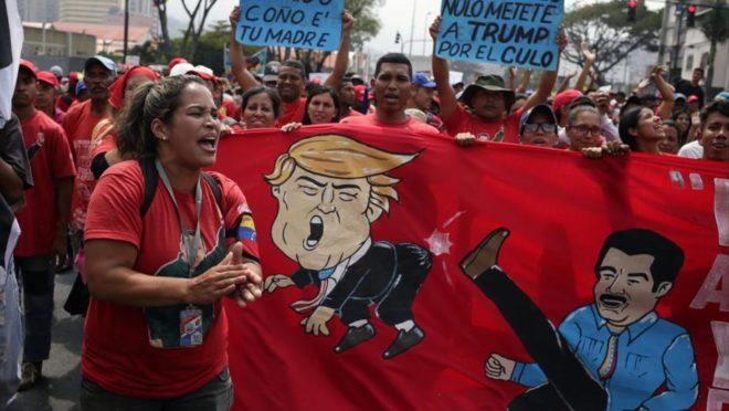 """Apoiadores do ditador venezuelano Nicolás Maduro durante """"Marcha Anti-imperialista"""" em Caracas, 30 de março. Foto: Cristian Hernandez / AFP"""