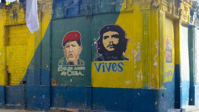 Em Havana, Cuba, mural mostra Hugo Chávez e Che Guevara (Foto: Pixabay)