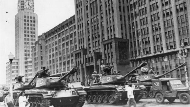 Mobilização de tanques no Rio de Janeiro em abril de 1964. (Foto: Arquivo Nacional, Correio da Manhã)