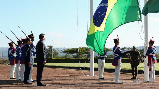 Presidente da República, Jair Bolsonaro durante hasteamento da Bandeira Nacional no Palácio do Alvorada.