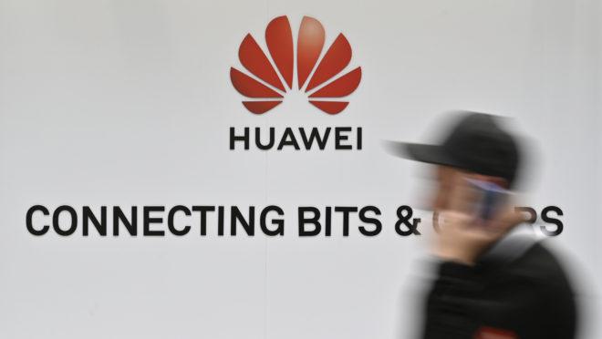 Logo da gigante de telecomunicações chinesa Huawei na feira de tecnologia de Hanover, na Alemanha | Foto: JOHN MACDOUGALL/AFP