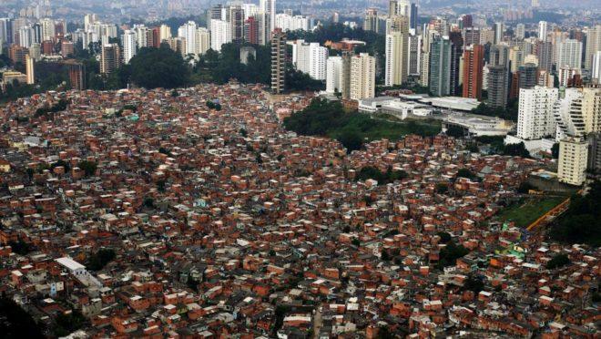 Vista aérea de bairro ao lado do autódromo de Interlagos (Foto: Pirelli Latimages)
