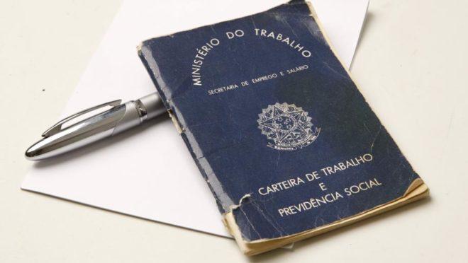 Carteira nacional de trabalho e previdência social. Foto: Hugo Harada/Gazeta do Povo