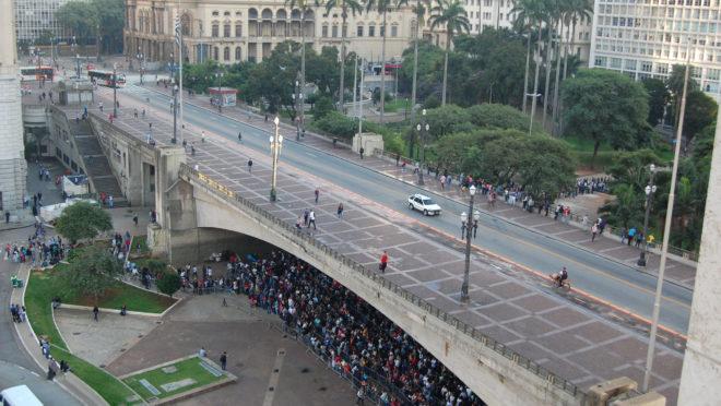 Milhares de brasileiros participam de mutirão de emprego organizado pela prefeitura de São Paulo, em março de 2019, no Vale do Anhangabaú.