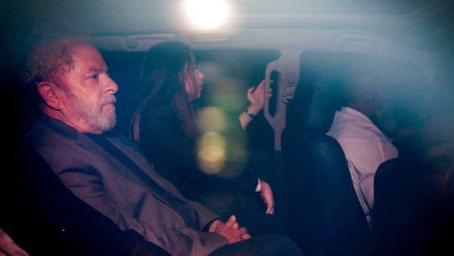 O ex-presidente Lula é conduzido á prisão pela PF em Curitiba, em abril de 2018. Foto: Suamy Beydou/Estadão Conteúdo