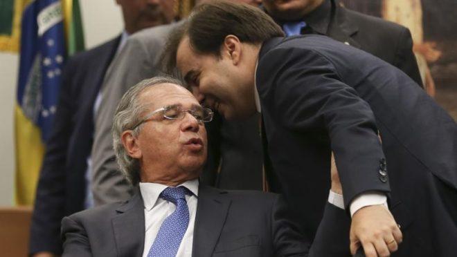 O presidente da Câmara, Rodrigo Maia, cochicha no ouvido do ministro da Economia Paulo Guedes durante sessão da CCJ. Foto: José Cruz/Agência Brasil