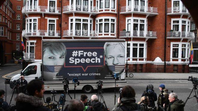 Apoiadores do fundador da WikiLeaks, Julian Assange, e profissionais da imprensa se reúnem em frente à embaixada equatoriana em Londres, 5 de abril, após rumores de que Assange está prestes a ser expulso.