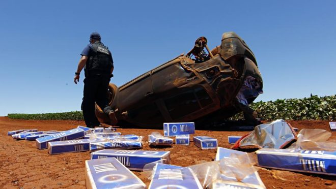 Carro de contrabandista de cigarros capotado no Oeste do Paraná. Foto: Albari Rosa/Gazeta do Povo