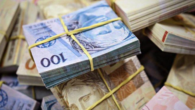 Cédulas em maços de 100 reais e de 50 reais. Foto: Bigstock