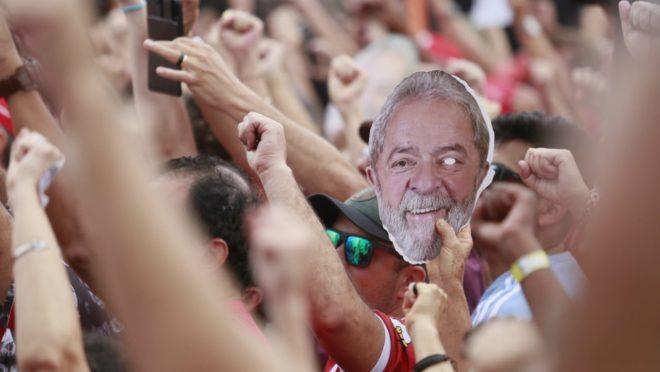 Manifestantes protestam contra a prisão de Lula.