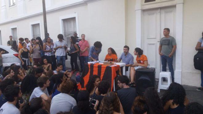 Marcelo Freixo em frente ao curso de Direito da UFRJ | Crédito: Gazeta do Povo