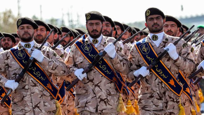 Membros da Guarda Revolucionária Iraniana durante a parada militar anual em 2018 | Foto: STR / AFP