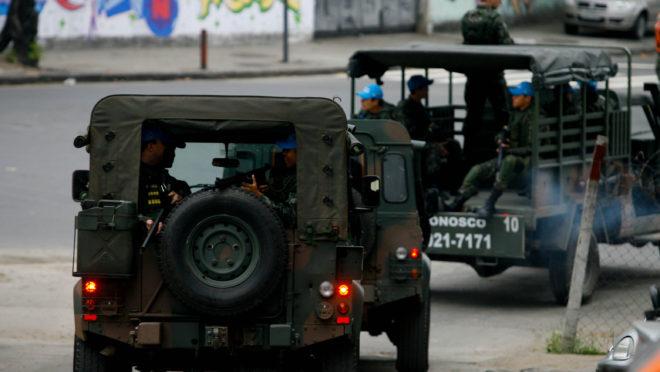 Militares do Exército fazem patrulha no Rio de Janeiro, em imagem de arquivo.