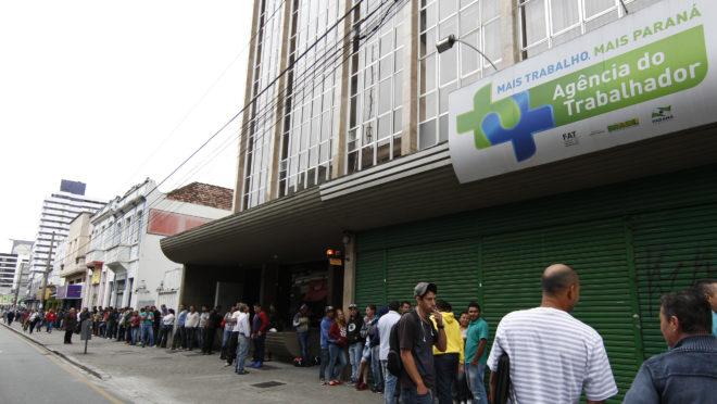Centena de pessoas madrugaram na fila em frente a agência do trabalhador no centro de Curitiba. Foto: Aniele Nascimento / Arquivo / Gazeta do Povo