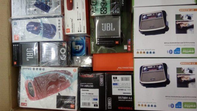 Produtos vendidos no bazar foram apreendidos em ações da Receita Federal e terão preços diferenciados; na foto, itens de outro leilão da Receita
