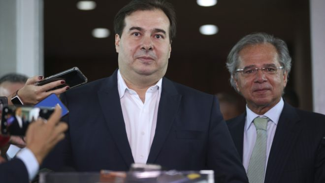 O presidente da Câmara dos Deputados, Rodrigo Maia, e o ministro da Economia, Paulo Guedes, após reunião
