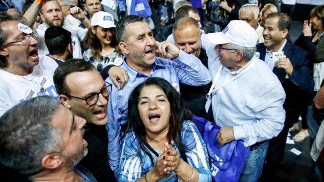Apoiadores do partido Likud, na cidade de Tel Aviv, Israel, após anúncio dos resultados de pesquisa de boca de urna, 9 de abreil. Foto: Thomas Coex / AFP