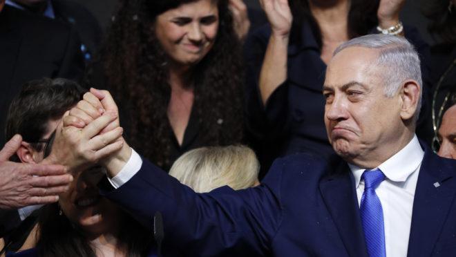 Primeiro-ministro israelense, Benjamin Netanyahu, se dirige a simpatizantes na sede do partido Likud na cidade israelense de Tel Aviv, na noite da eleição de 10 de abril de 2019 | Foto: Thomas COEX/AFP